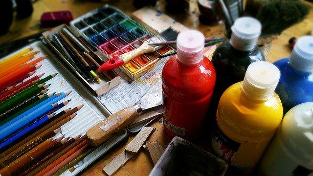 malen mit farbe und buntstiften
